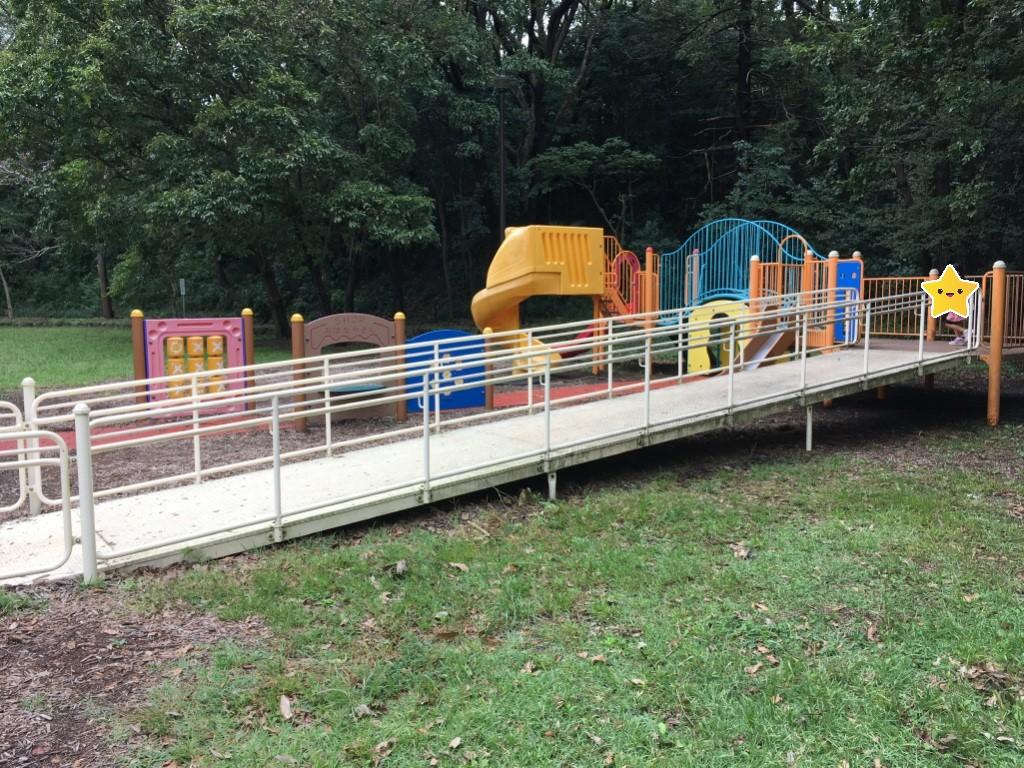 こども自然公園の第二駐車場近くの遊具エリア