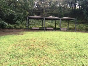 こども自然公園(大池公園)の第一駐車場近くにある広場の屋根付き休憩所
