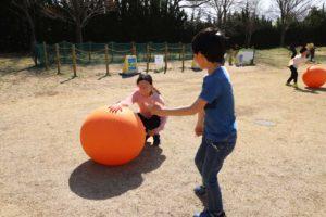 武蔵丘陵森林公園の西口ひろばでのボール遊び