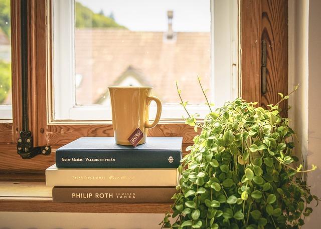 出窓に本とコップの画像