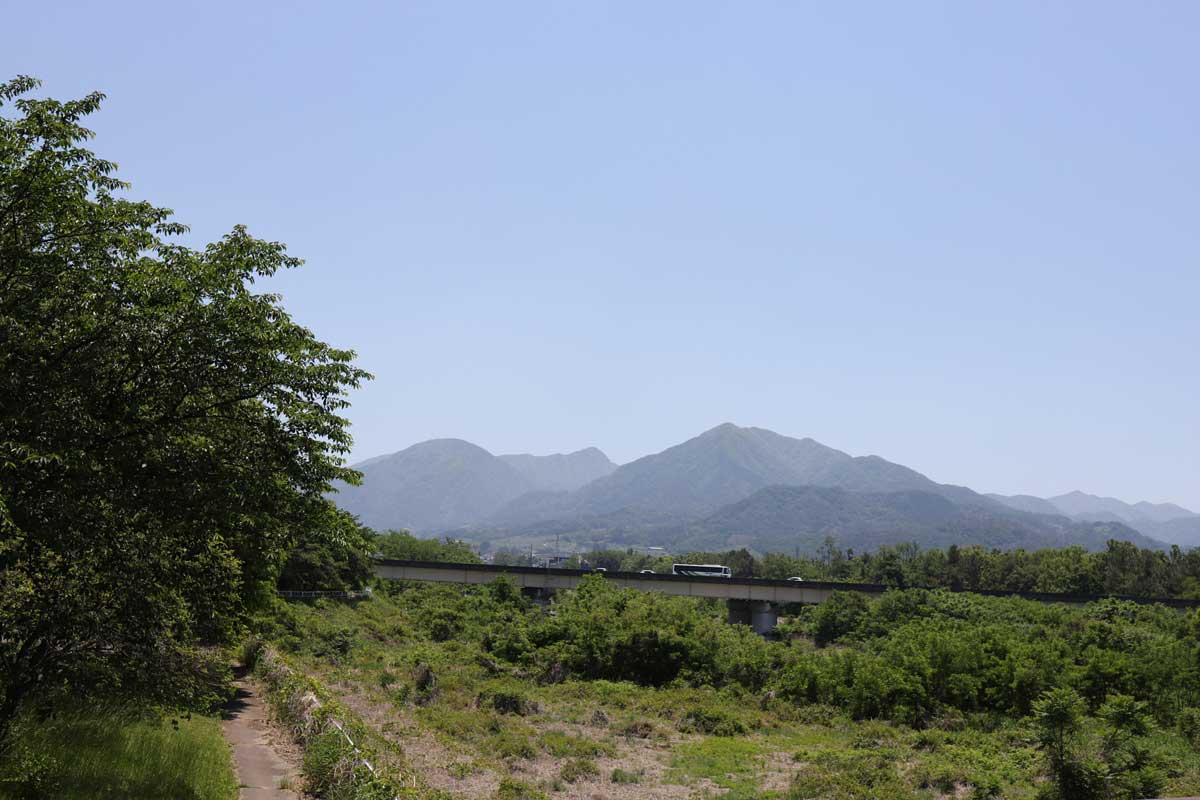 高速道路とその先に見える山