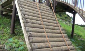 富士山樹空の森にある木の壁を登る遊具
