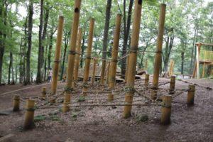 野山北公園の冒険の森にあるロープを渡るアスレチック