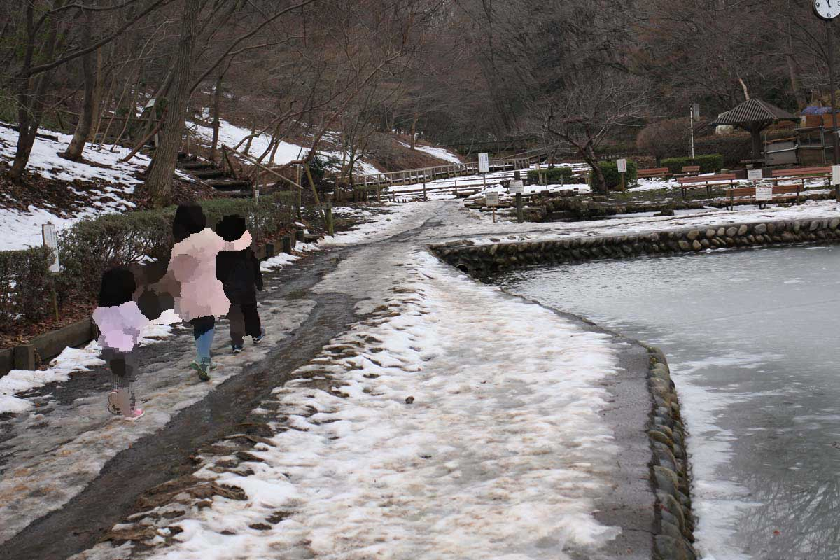 氷が張っている釣り堀