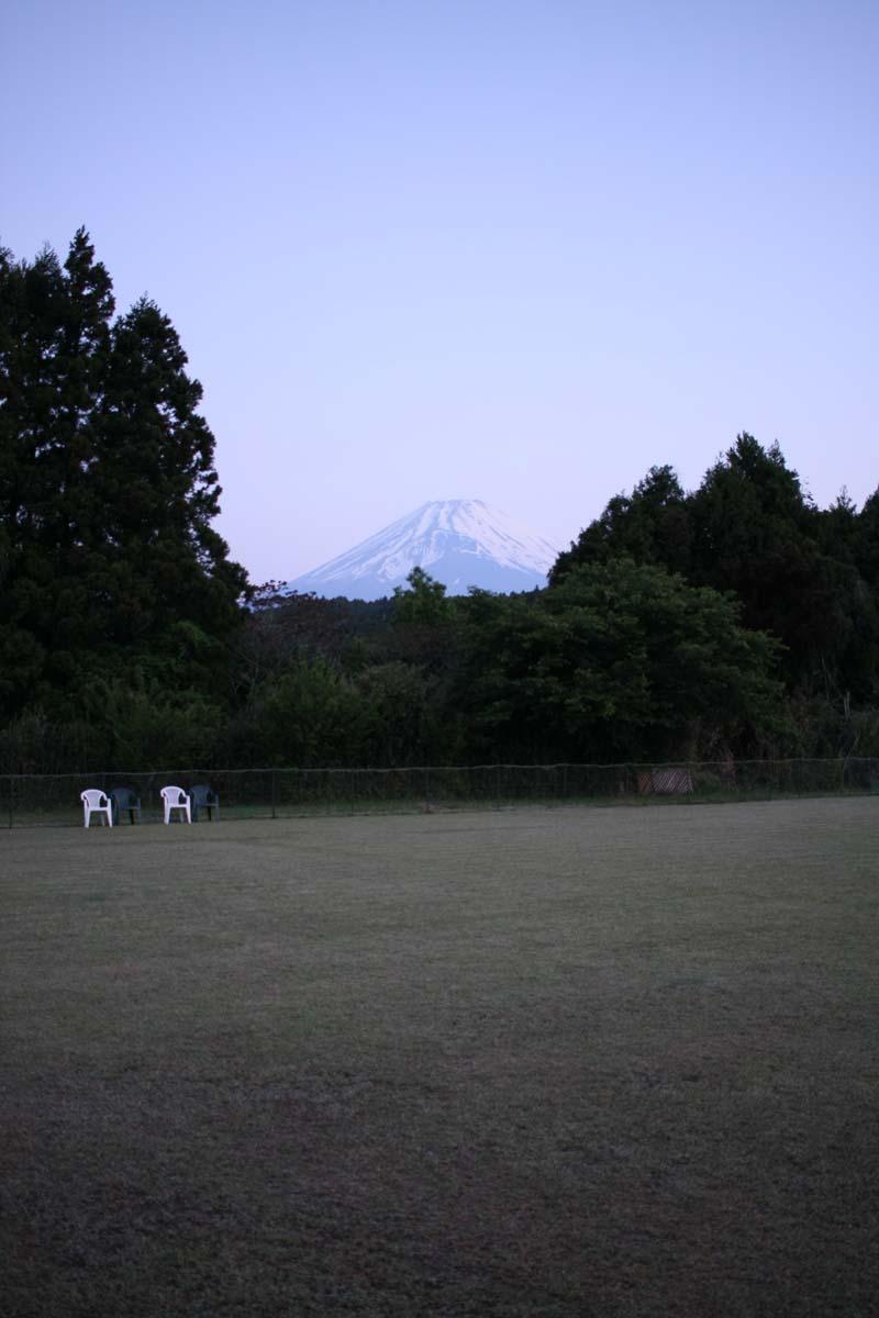 富士山とその先に見える富士山