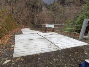 神庭オートキャンプ場から川遊びできる川へ下りる入り口