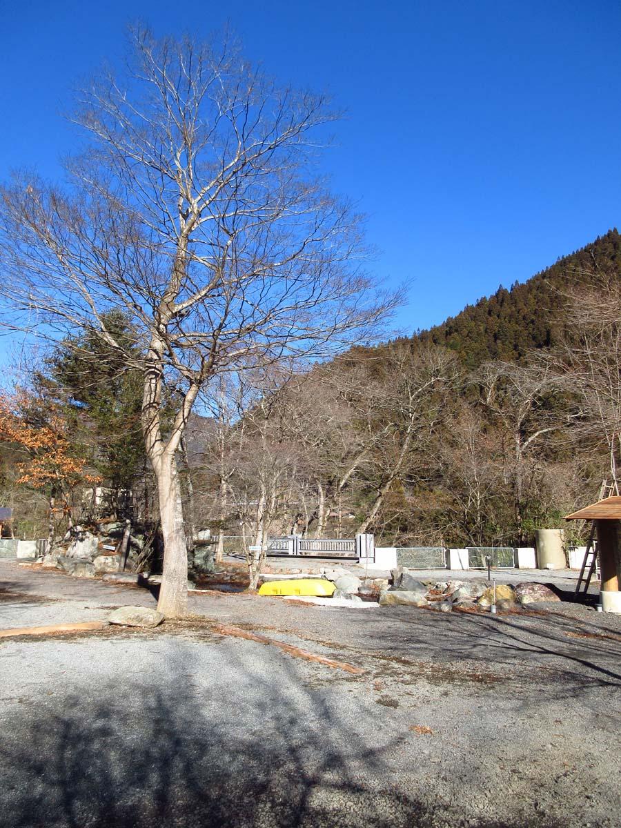 キャンプ場から見える山と青空