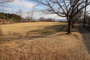 県立秦野戸川公園の入り口近くにある芝生広場