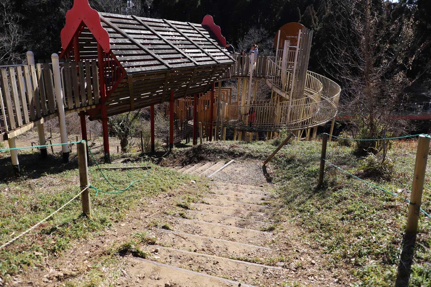 昭和の森の長いすべり台と遊具の砦