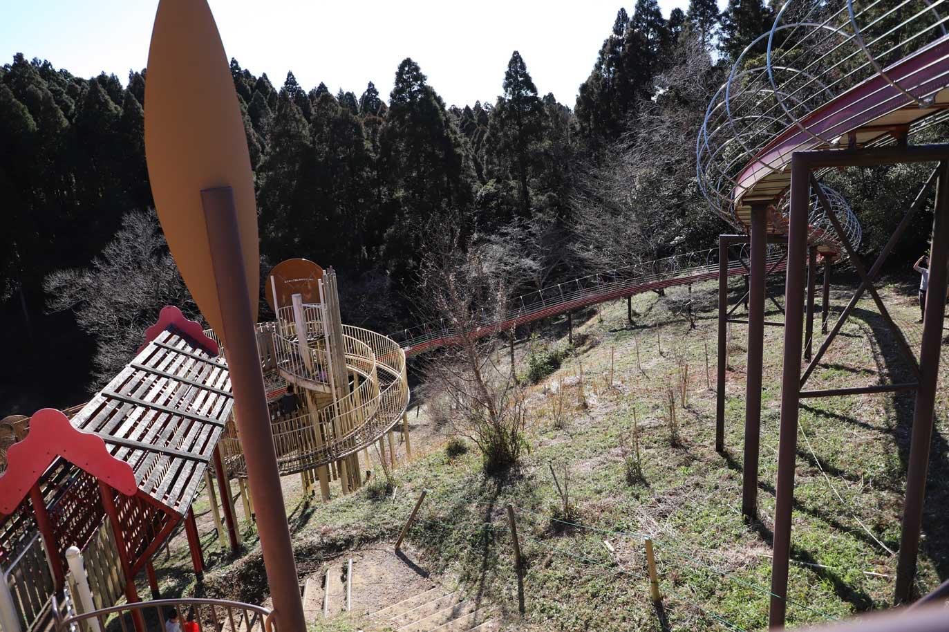昭和の森のもみじ広場にある長いすべり台