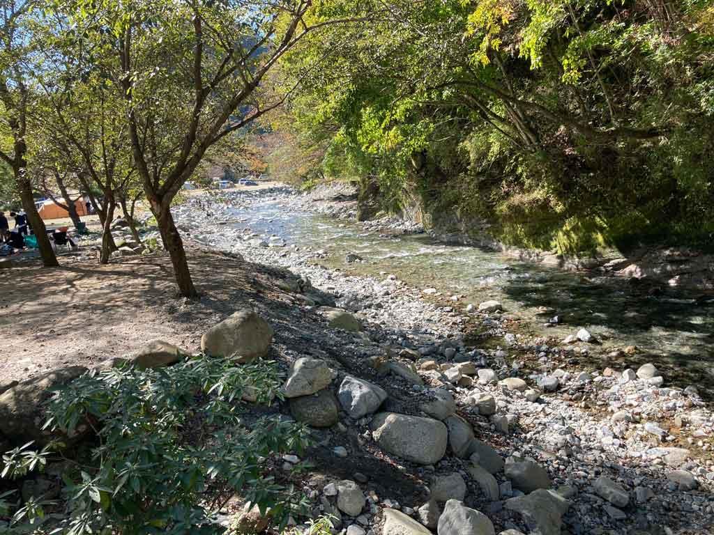 ウェルキャンプ西丹沢キャンプ場の川に近いサイト